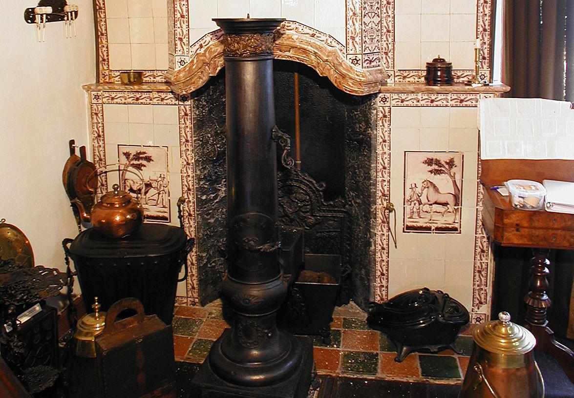 Kachel en schouw in de Oudheidkamer in Den Burg, Texel