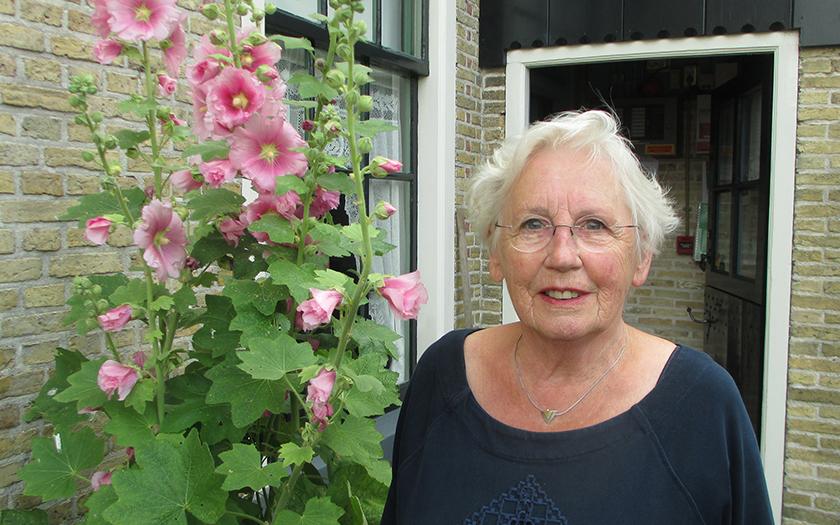 Majella Reijnders bij de Oudheidkamer Texel